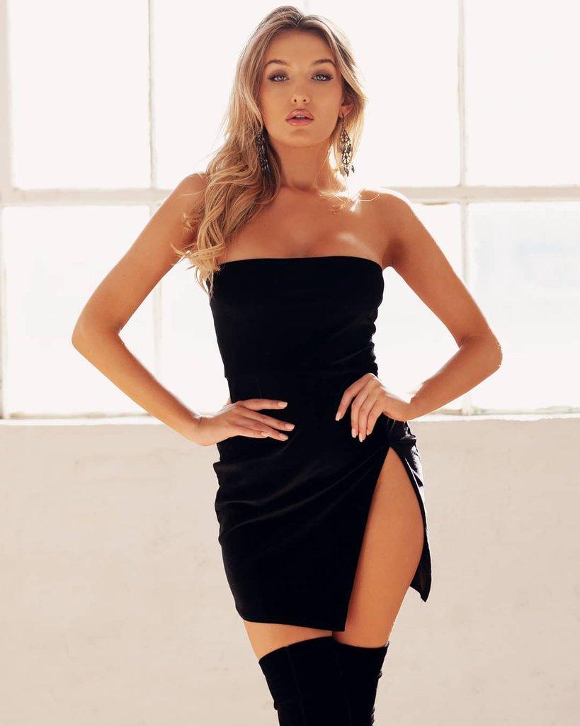 Девушка в черном коротком платье