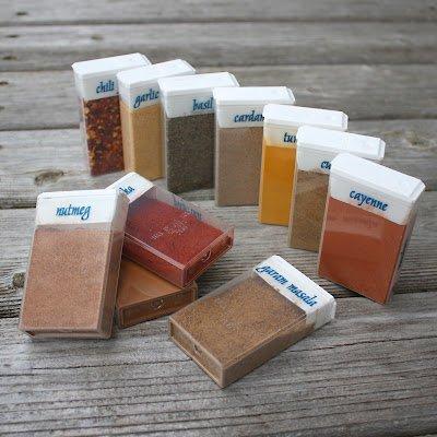 Используй коробки Тик-Taк, чтобы хранить  соль и другие специи