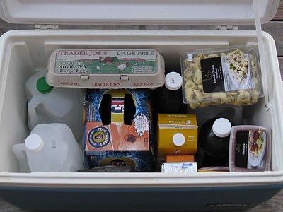 Запасись  бутылками с замороженной водой в своем походном холодильнике