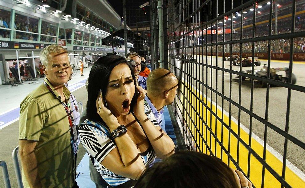 Певица Кэти Перри наблюдает за перипетиями Гран-при Сингапура в классе «Формула-1».