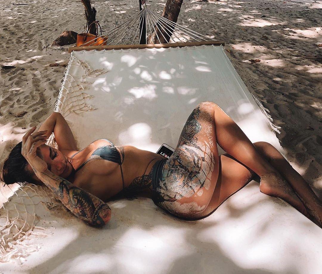 Фэшн-дива Анжелика Андерсон, фото на песке